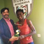 Osman Fofanah recibe el trofeo a máximo goleador